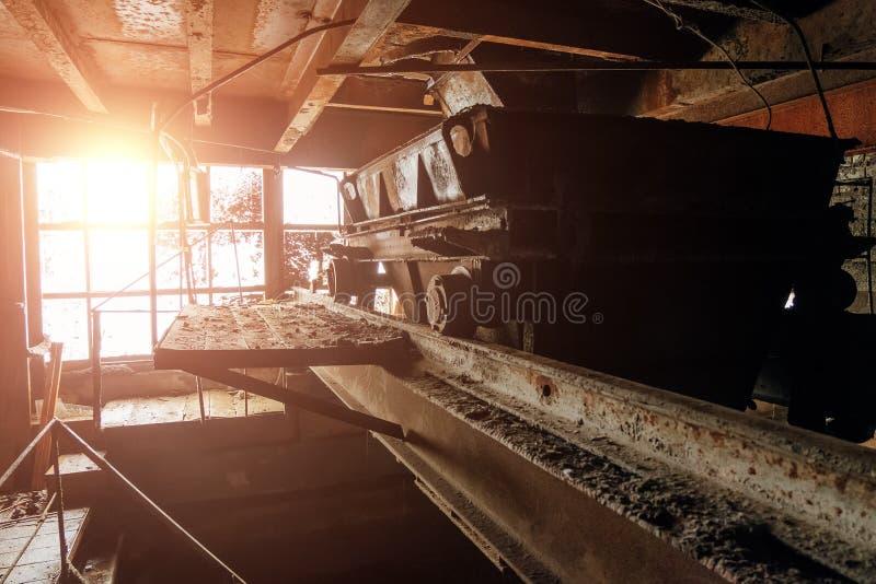 Trole oxidado velho na planta de mineração abandonada fotografia de stock