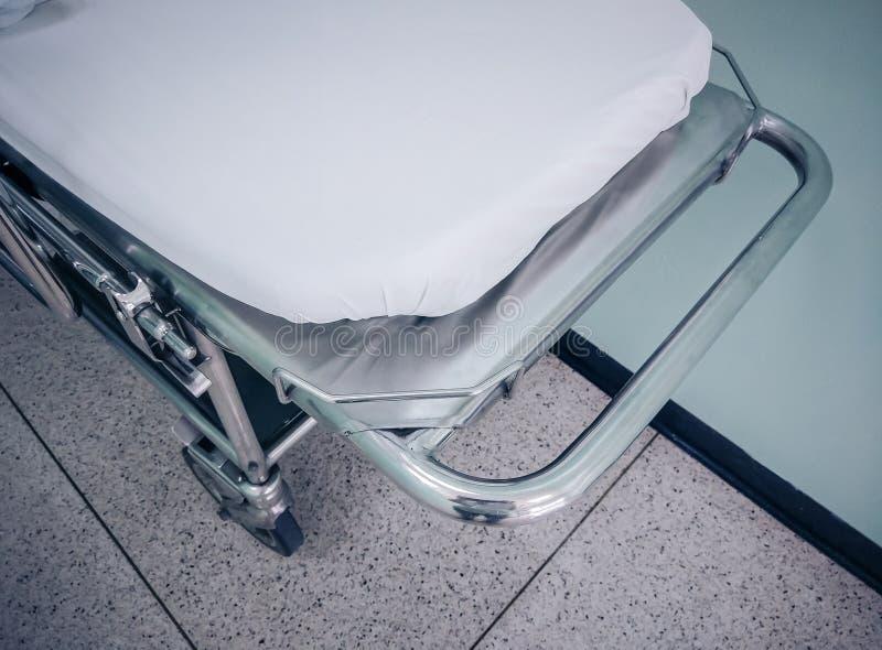 Trole para pacientes no corredor ou nas urgências do hospital imagem de stock
