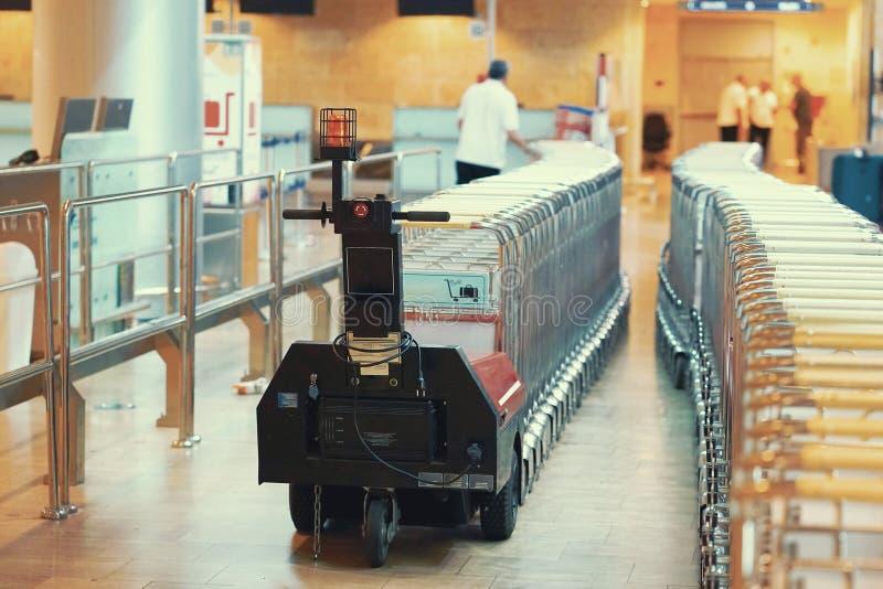Troles alinhados no aeroporto Troles da bagagem no aeroporto Carros da bagagem no aeroporto moderno imagens de stock
