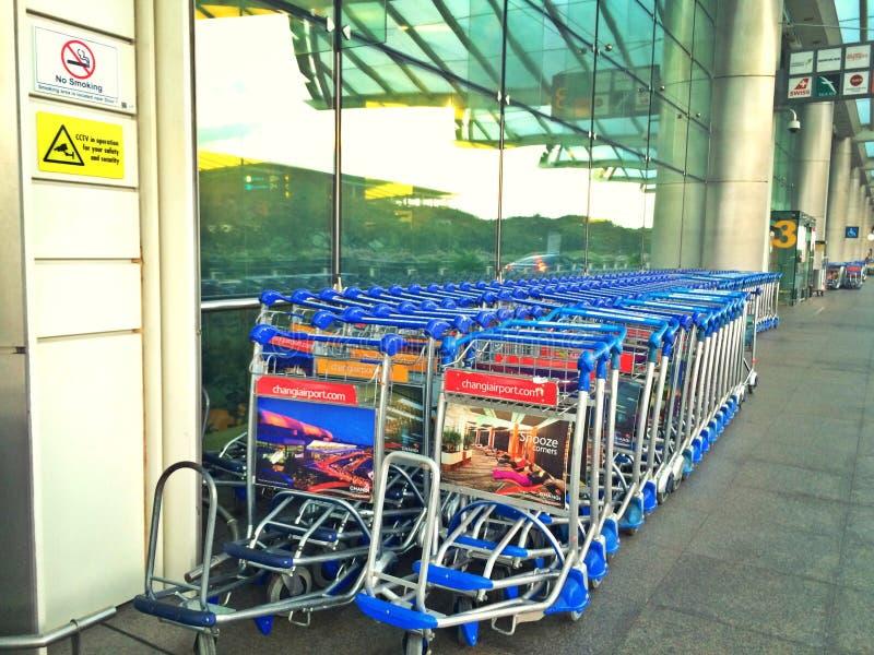 Troles da bagagem - aeroporto internacional de Changi imagem de stock royalty free