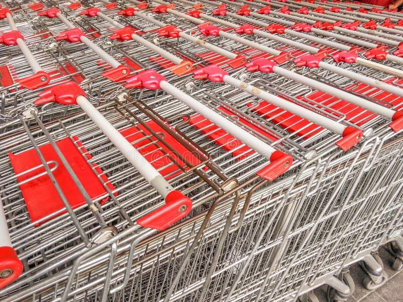 Troles vermelhos do mercado para comprar imagens de stock