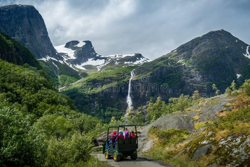 Troll παγετώνων Briksdalsbreen εξόρμηση αυτοκινήτων Briksdal, Νορβηγία στοκ φωτογραφίες