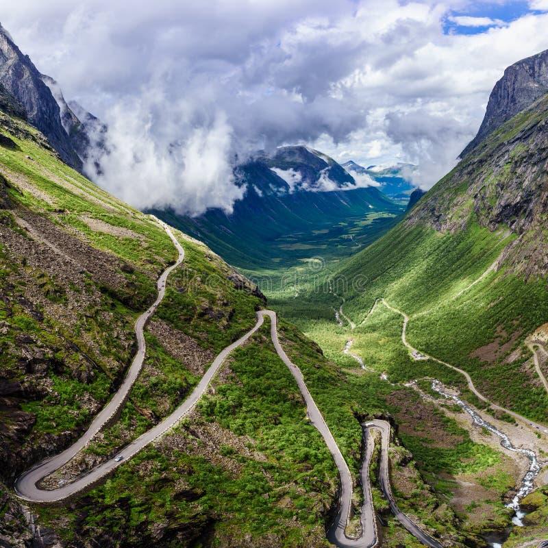 Troll& x27; дорога горы замотки пути Trollstigen или Trollstigveien s стоковые изображения rf