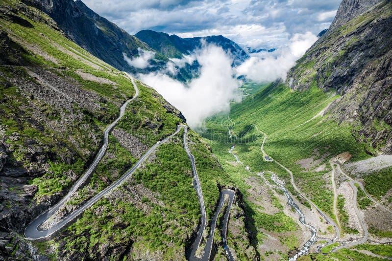 Troll& x27; camino de la montaña de la bobina de la trayectoria Trollstigen o de Trollstigveien de s imagen de archivo