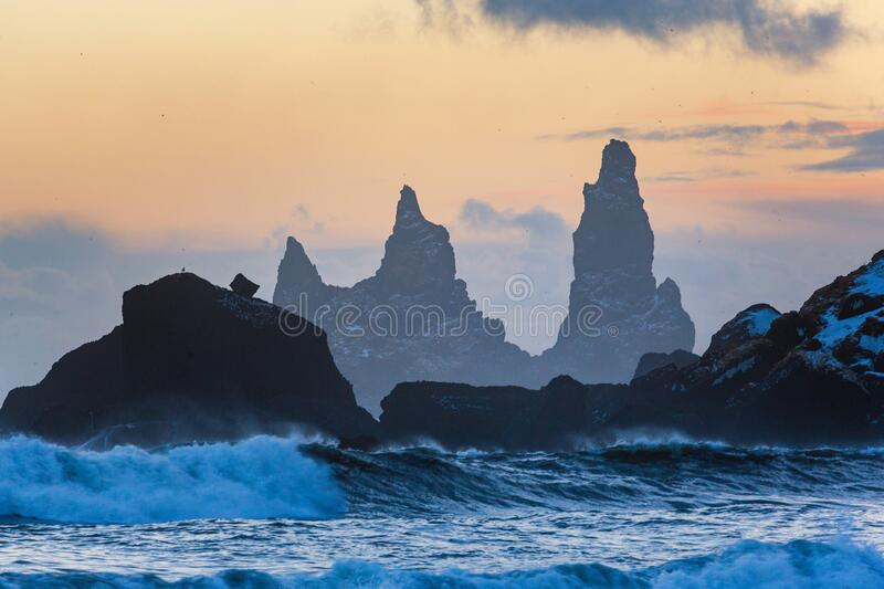 Trolle finger rock, Island winter, Vik village, Sonnenuntergang in Island lizenzfreie stockfotos