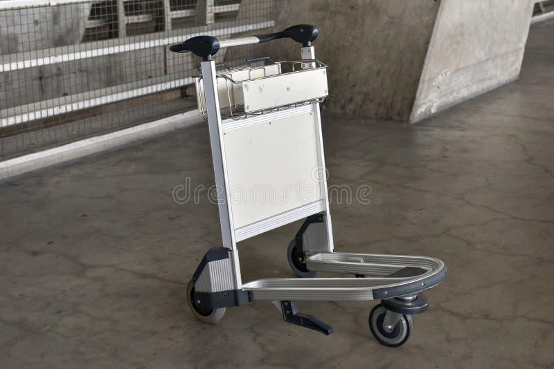 Trolley för bagage på flygplatsen fotografering för bildbyråer