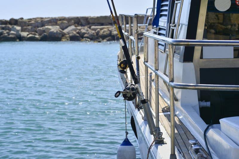 Белая яхта мотора в ожидании туристов и рыболовов на пристани Trolling штанги стоковые фотографии rf