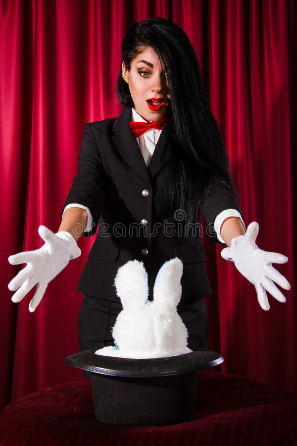 Trollkarl med en kanin i en hatt royaltyfria bilder