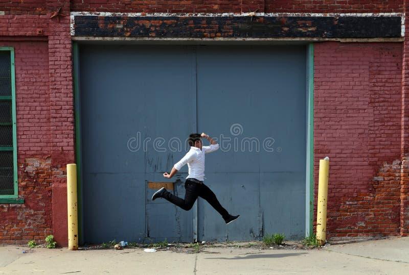 Trollkarl på Detroit Michigan som gör gatamagi i övergiven byggnad på den motoriska staden arkivbilder