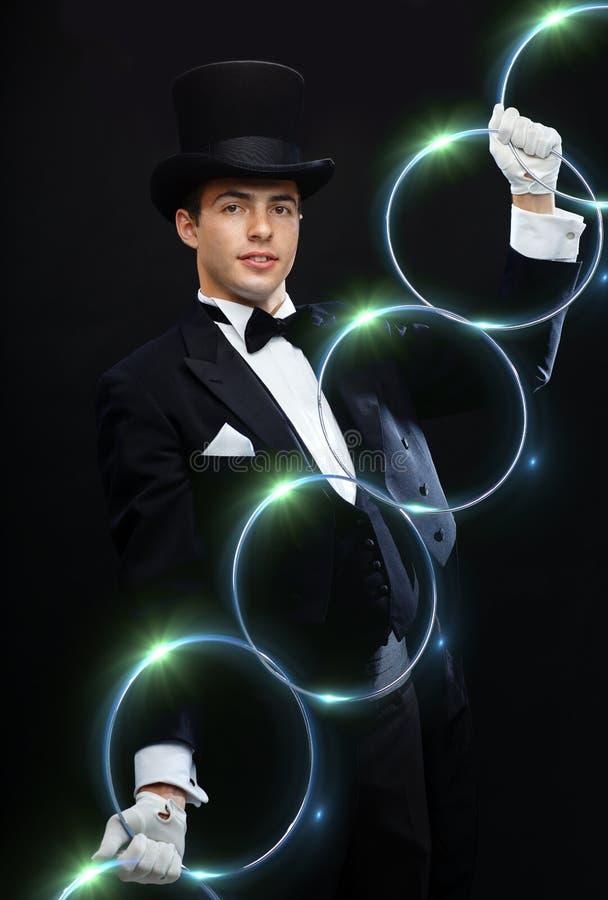 Trollkarlvisningtrick med att anknyta cirklar royaltyfri fotografi