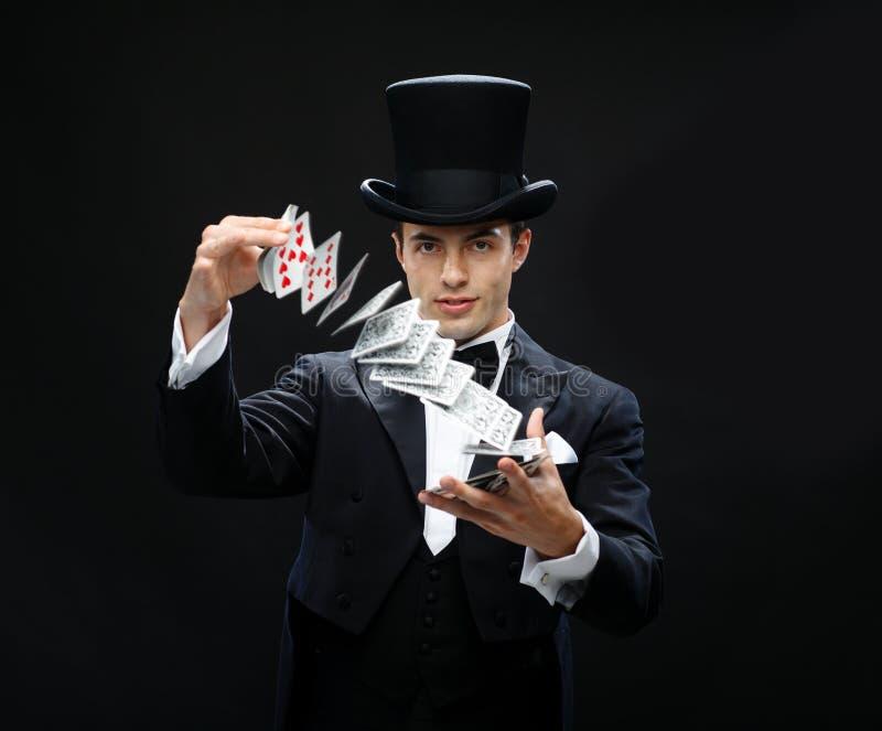 Trollkarlvisningtrick med att spela kort royaltyfri fotografi