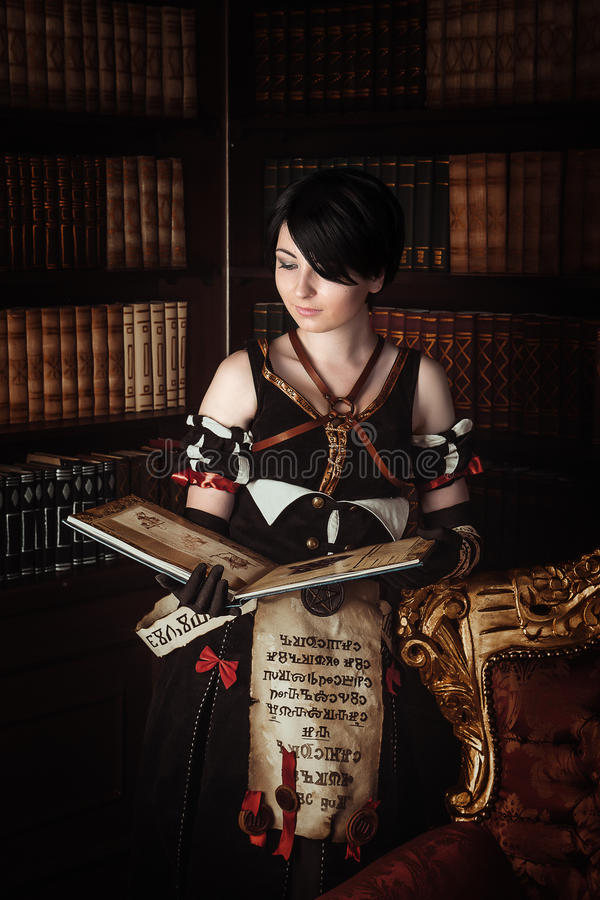 Trollkvinna med böcker royaltyfri bild