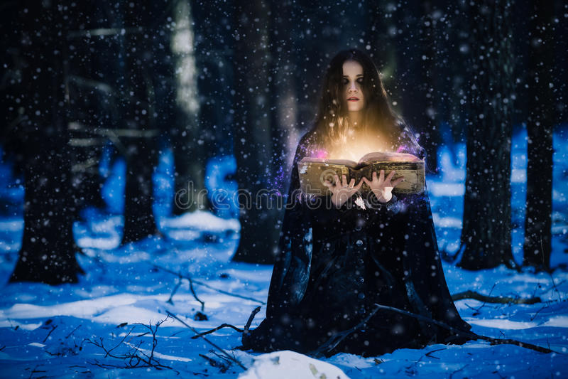 Trollkvinna som firar magin royaltyfria foton