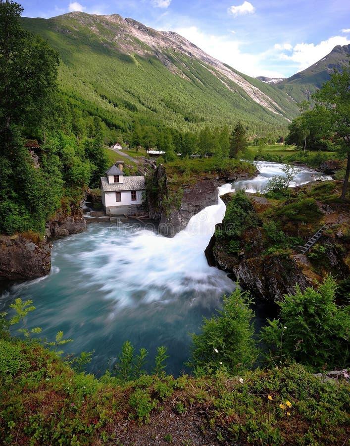 Trollstigen голодает текущая вода стоковые изображения