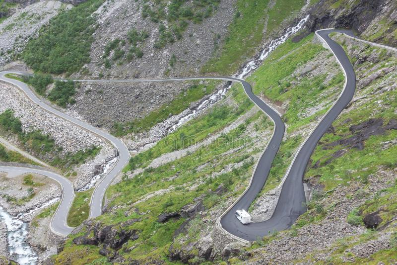 Trollstigen, błyszczki ` s Footpath, wężowata halna droga w Norwa zdjęcia royalty free