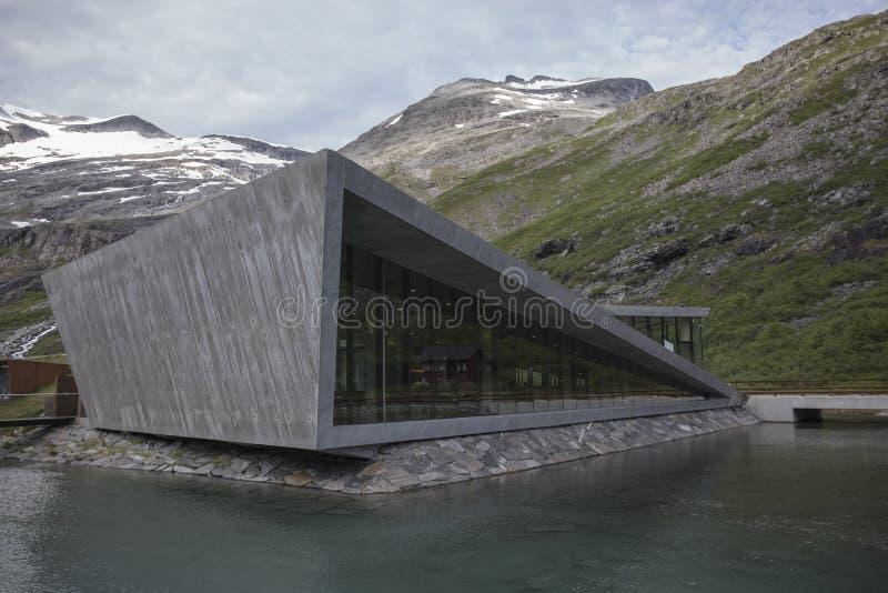 Trollstigen - estrada da montanha do trajeto das pescas à corrica em Noruega imagens de stock