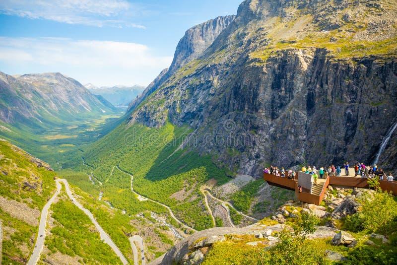 Trollstigen, Noruega - 25 06 2018: Visão de Trollstigen ou plataforma do ponto de vista Trollstigen ou o trajeto das pescas à cor fotografia de stock royalty free
