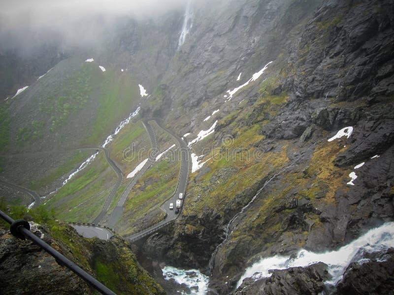 Trollstigen o la trayectoria de los duendes es un camino serpentino de la monta?a en Noruega Ma?ana brumosa foto de archivo