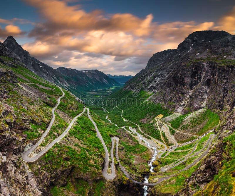 Trollstigen o la trayectoria de los duendes es un camino serpentino de la monta?a en Noruega imagen de archivo libre de regalías