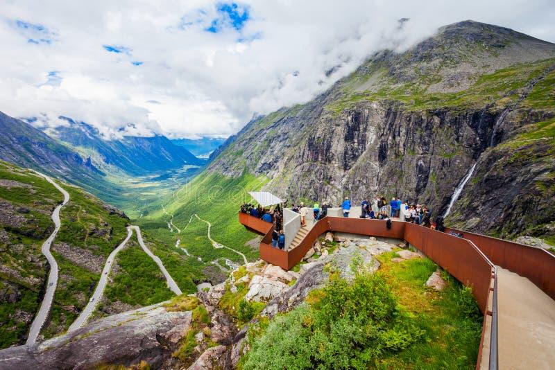 Trollstigen pesca la trayectoria con cebo de cuchara, Noruega imagenes de archivo