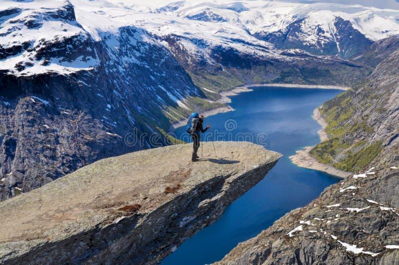 Trolltunga的远足者在挪威 免版税库存照片