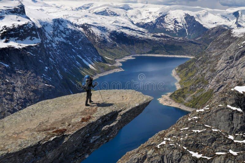 Trolltunga的,挪威远足者 库存照片