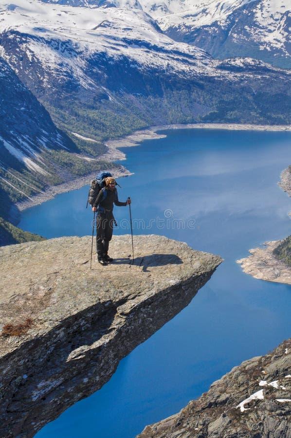 Trolltunga的,挪威远足者 库存图片