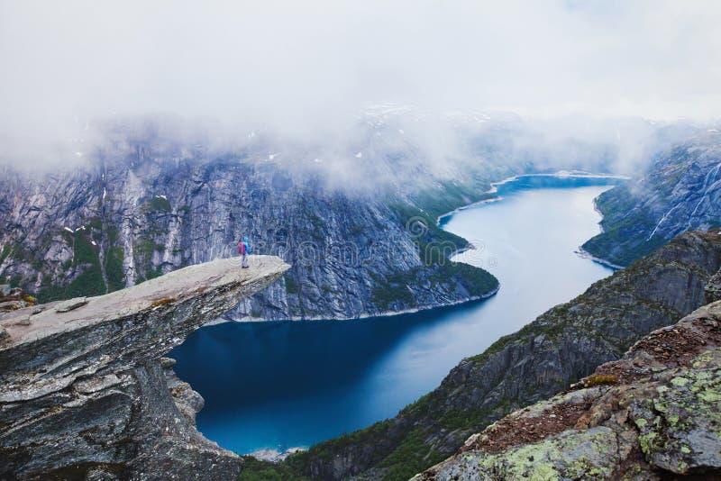 Trolltunga远足在挪威 库存图片