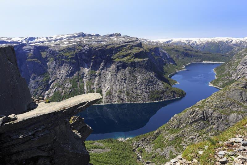 Trolltunga风景看法著名拖钓的舌头挪威目的地和Ringedalsvatnet湖在奥达,挪威 图库摄影