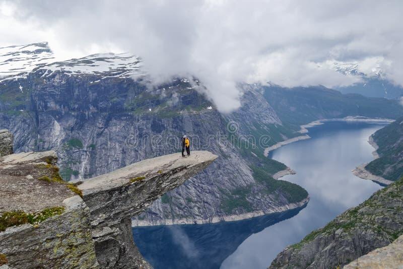 Trolltunga,奥达,挪威21 徒步旅行者6月2016年,供徒步旅行的小道的对举世闻名的Trolltunga远足 美丽的挪威,户外 免版税库存图片