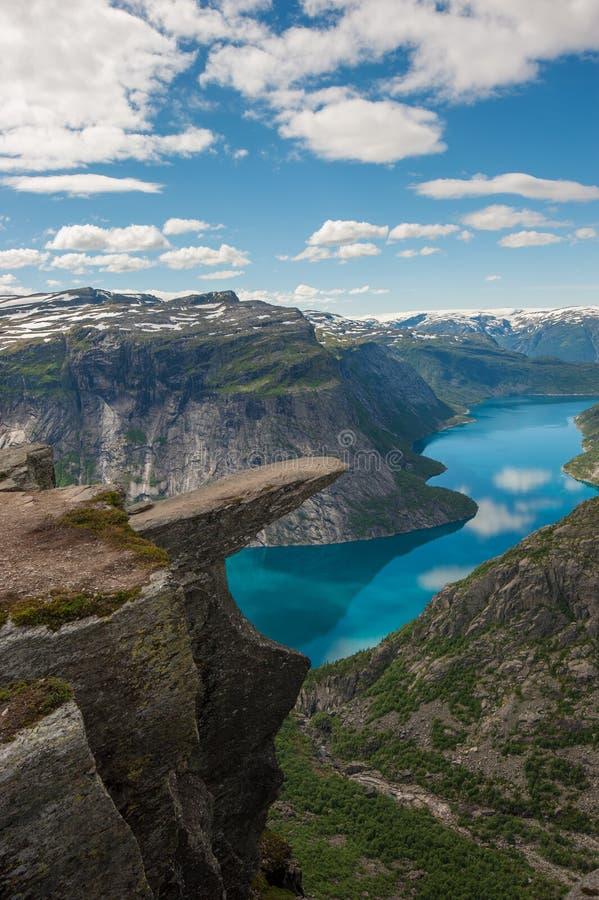 Trolltunga, утес языка Troll, Норвегия стоковое изображение