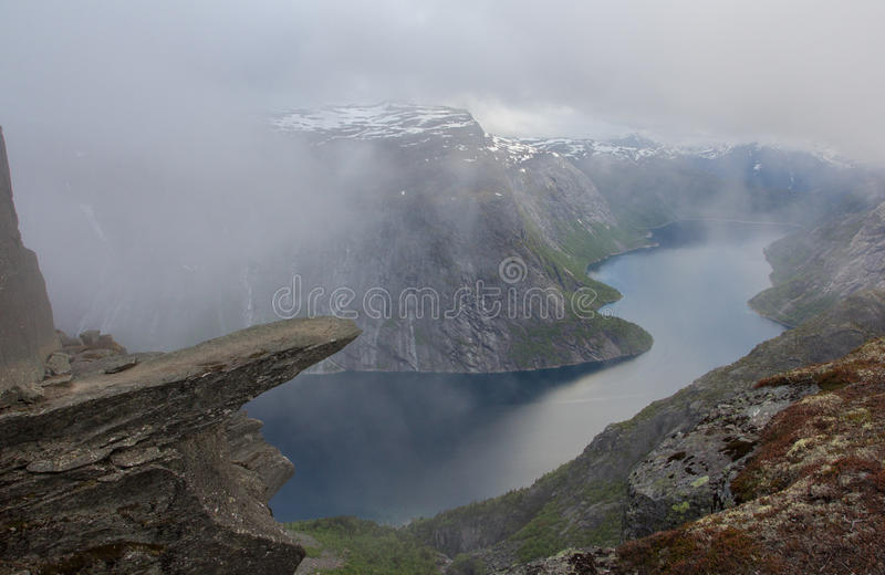 Trolltunga, błyszczki s jęzoru skała, Norwegia zdjęcie stock