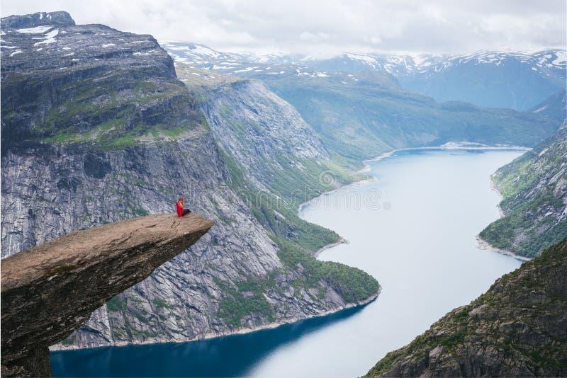 Trolltunga - klippan vaggar ovanför sjön Ringedalsvatnet i Norge arkivfoto