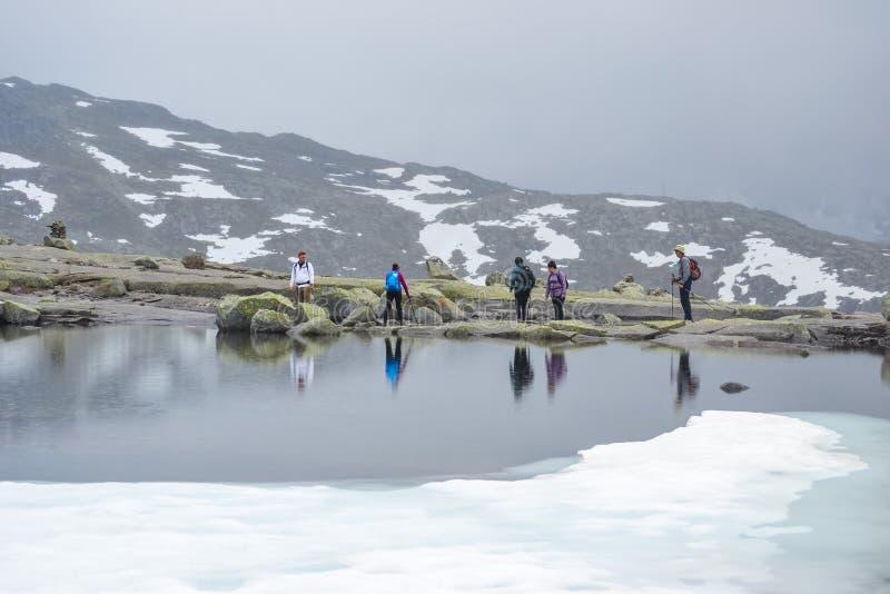 Trolltunga, Odda, Norvegia 21 Giugno 2016, viandanti sulla traccia di escursione all'aumento di fama mondiale di Trolltunga La be immagine stock