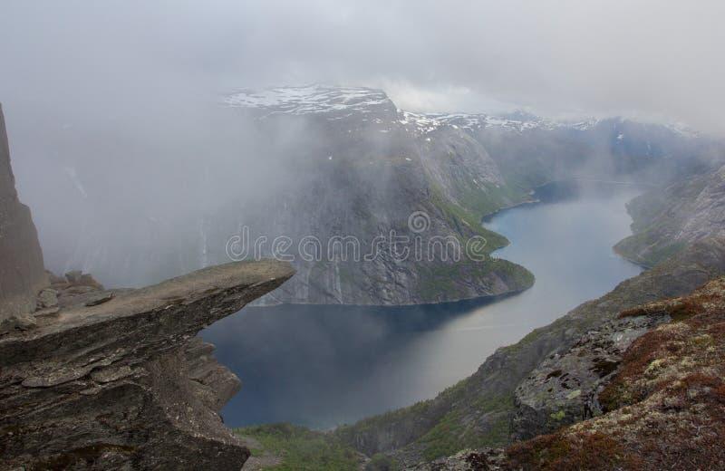 Trolltunga, rocha da língua da pesca à corrica s, Noruega foto de stock