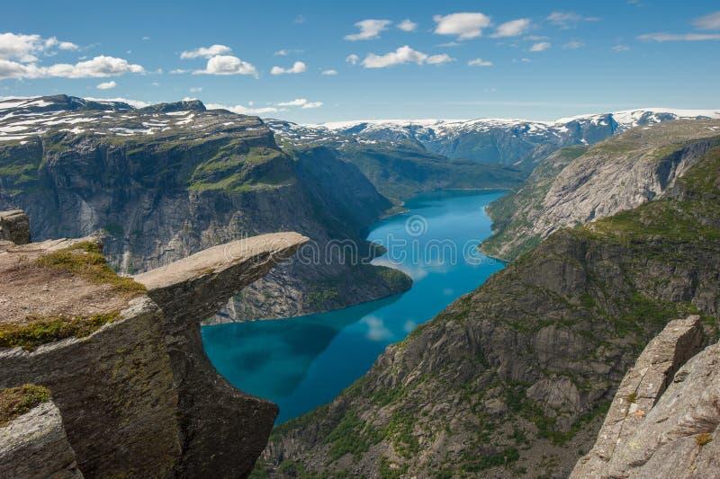 Trolltunga, rocha da lingüeta da pesca à corrica, Noruega imagens de stock royalty free