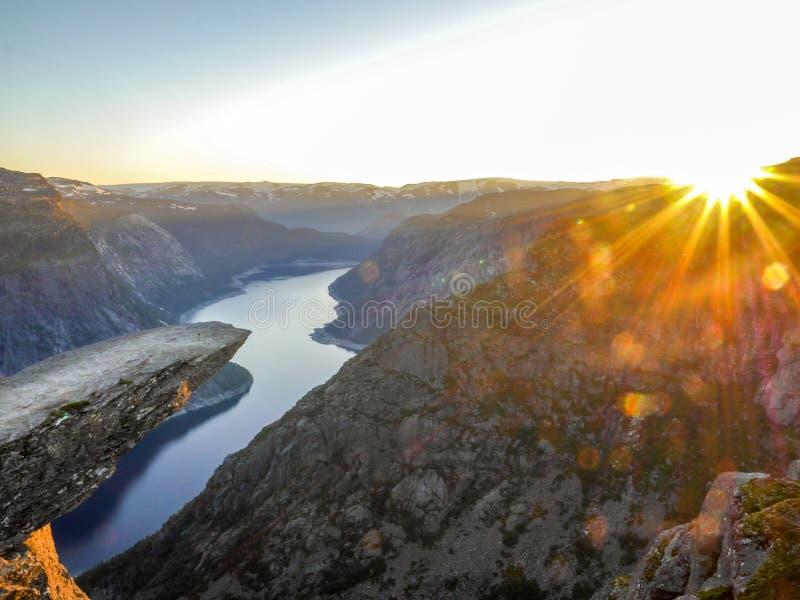 Trolltunga, Troll& x27; s-Zunge während des Sonnenuntergangs, Norwegen lizenzfreie stockfotos