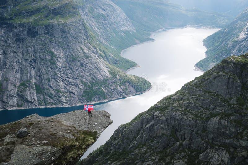 Trolltunga vaggar och Ringedalsvatnet sjön i Norge royaltyfri foto