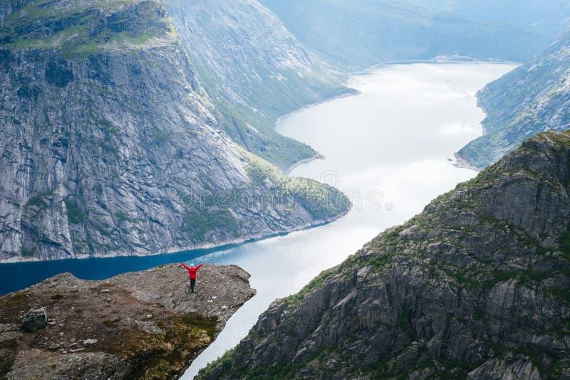 Trolltunga vaggar och Ringedalsvatnet sjön i Norge arkivbild