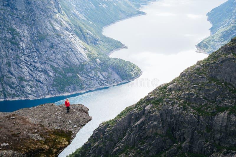 Trolltunga vandring över Ringedalsvatnet sjön royaltyfri bild