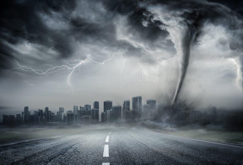 Tromb på affärsvägen - dramatiskt väder arkivfoton