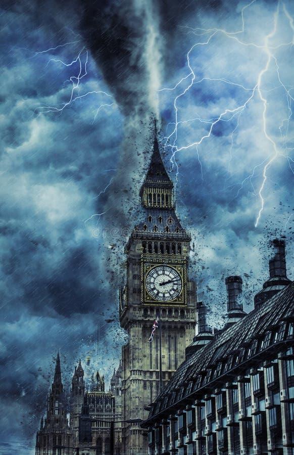 Tromb på den Westminster abbotskloster - dramatiskt väder på stad, tromb och belysning i England royaltyfria bilder