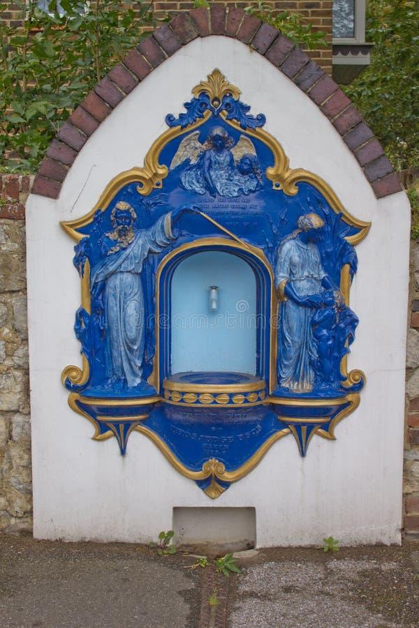 Trombe de bleu et d'or avec des chiffres sur la rue en Angleterre photos stock