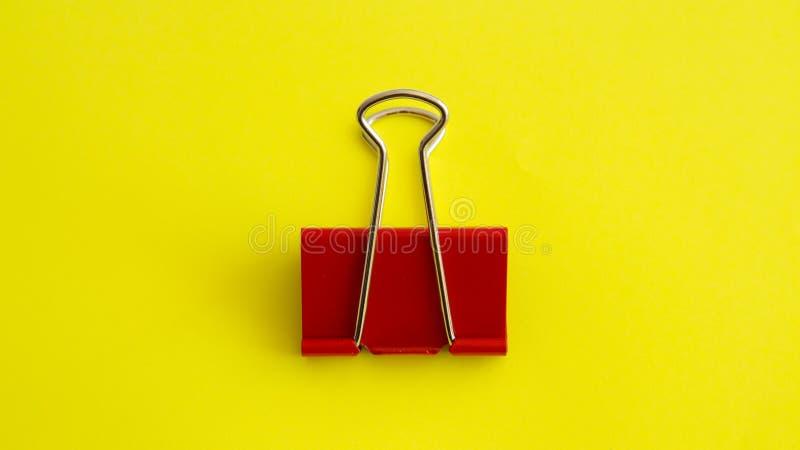 Trombone rouge sur le fond jaune - image photo stock