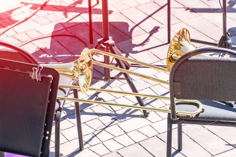 Trombone sur une chaise images libres de droits