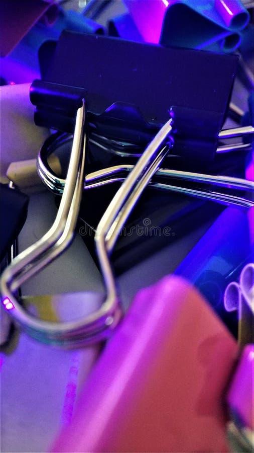 Trombones colorés sous des rayons du macro plan rapproché ultra-violet pour le fond image stock