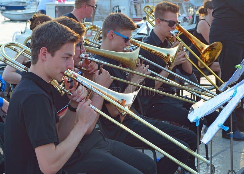 Trombonespelers in fanfarekorps stock fotografie