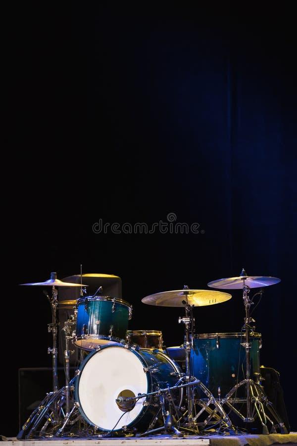 Download Trommel Eingestellt Auf Ein Stadium Am Dunklen Hintergrund Musical Trommelt Kit On Stage Stockbild - Bild von fachmann, nachricht: 90234133