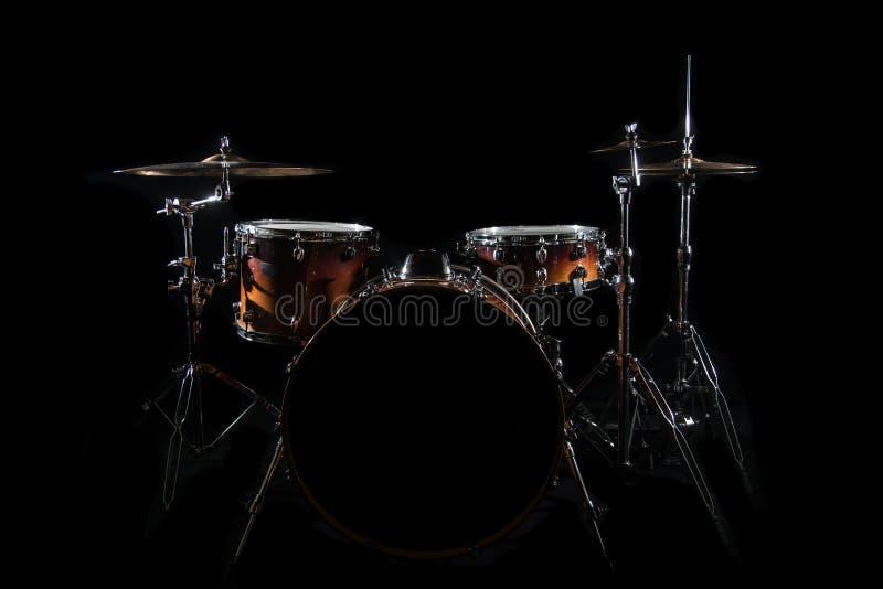 Trommel eingestellt auf ein Stadium am dunklen Hintergrund Musical trommelt Kit On Stage stockfotografie