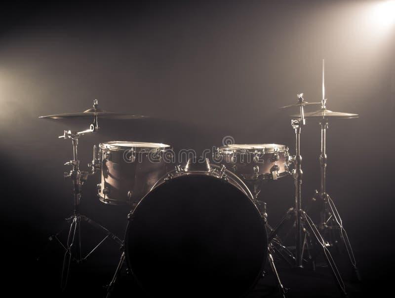 Trommel eingestellt auf ein Stadium am dunklen Hintergrund Musical trommelt Kit On Stage lizenzfreies stockfoto